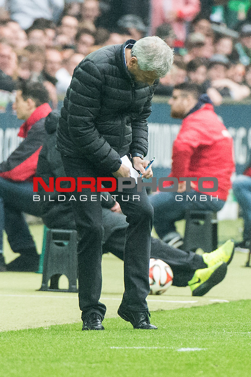 16.05.2015, Weser Stadion, Bremen, GER, 1.FBL. Werder Bremen vs Borussia Moenchengladbach, im Bild<br /> <br /> Trainer Lucien Favre (Borussia M&ouml;nchengladbach) notiert  Zettei <br /> <br /> Foto &copy; nordphoto / Kokenge