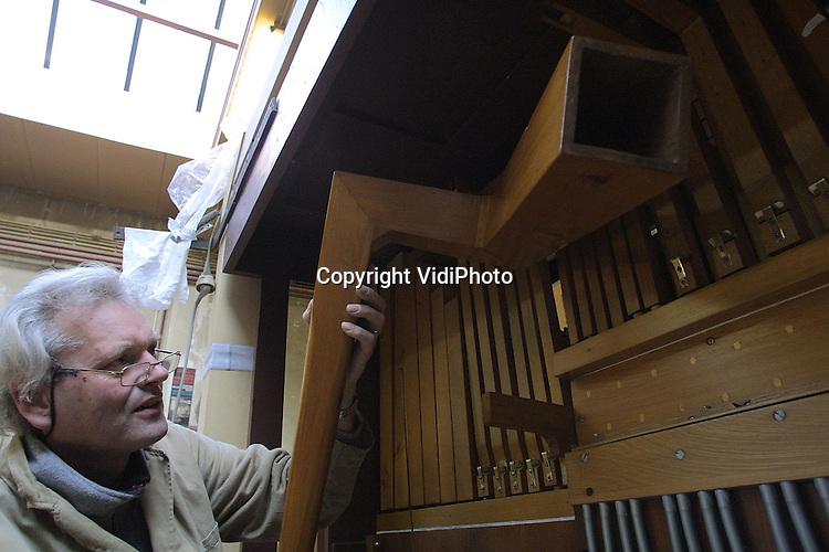 """Foto: VidiPhoto..UTRECHT - Het museum """"Van Speelklok tot Pierement"""" restaureert op dit moment een van haar topstukken: een eenmalig gebouwd pneumatisch draaiorgel van de bekende orgelbouwer Carl Frei. Het is een van de grootste orgels dat het museum in zijn bezit heeft. Omdat de bezoekersaantallen in vergelijking met tien jaar geleden zijn afgenomen, wil """"Van Speelklok tot Pierement"""" fors gaan moderniseren en het museum in de Utrechtse binnenstad aantrekkelijker maken voor het publiek. Omdat het museum uniek is voor Nederland heeft de provincie Utrecht inmiddels een subsidie van 5 ton toegezegd. De totale verbouwing is begroot op 6,5 miljoen gulden."""