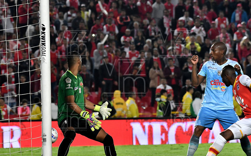 BOGOTA - COLOMBIA - 30 - 11 - 2017: Sebastian Lopez (Izq.), portero de Jaguares F. C., no logra detener el disparo de Juan David Valencia (Fuera de Cuadro), jugador de Independiente Santa Fe, al anotar gol de su equipo, durante partido de vuelta de los cuartos de final entre Independiente Santa Fe y Jaguares F. C., de la Liga Aguila II 2017, en el estadio Nemesio Camacho El Campin de la ciudad de Bogota.  / Sebastian Lopez (L), goalkeeper of Jaguares F. C., fails to stop the shoot of Juan David Valencia (Out of Frame), player of Independiente Santa Fe, the goal of his team, during a match between Independiente Santa Fe y Jaguares F. C., of the quarter of finals for the Liga Aguila II 2017 at the Nemesio Camacho El Campin Stadium in Bogota city, Photo: VizzorImage / Luis Ramirez / Staff.
