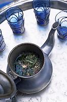 Afrique/Maghreb/Maroc/Essaouira : Dans le souk, thé à la menthe et aux herbes