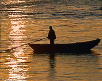 Ein Mann, ein Boot, ein Sonnenuntergang: EUROPA, DEUTSCHLAND, HAMBURG, (EUROPE, GERMANY), 4.03.2013  Ein Mann, ein Boot, ein Sonnenuntergang im Museumshafen Neumuehlen.
