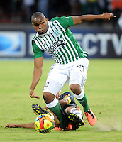 MEDELLIN - COLOMBIA-27-10-2013: Miller Mosquera (Der) jugador del Atletico Nacional disputa el balón con Juan Mahecha (Izq.) jugador de Boyaca Chico F.C. durante partido en el estadio Atanasio Girardot de la ciudad de Medellin, octubre 27 de 2013. Atletico Nacional y Boyaca Chico F.C. durante partido por la decimosexta fecha de la de la Liga Postobon II. (Foto: VizzorImage / Luis Rios / Str).  Miller Mosquera (R) player of Atletico Nacional vies for the ball with Juan Mahecha (L) player of Boyaca Chico F.C. during a match at the Atanasio Girardot Stadium in Medellin city, October 27, 2013. Atletico Nacional and Boyaca Chico F.C. during a match for the sixteenth round of the Postobon II League. (Photo: VizzorImage / Luis Rios / Str).