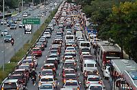 SÃO PAULO, SP, 02.04.2015 – TRÂNSITO EM SÃO PAULO: Trânsito na Av. 23 de Maio, próximo ao Parque do Ibirapuera, zona sul de São Paulo na tarde desta quinta feira, véspera de feriado. (Foto: Levi Bianco / Brazil Photo Press).
