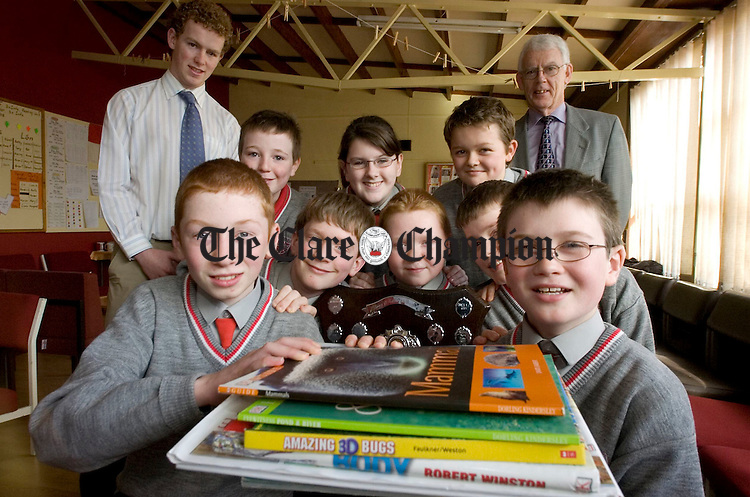 1st and 2nd place winners of the Clare Irish Kidney Association Quiz from Ennis national School are Cian O'Shea, Michael Bugler, Niall Murray, Cormac Larkin, Darragh Murray, Niall Cooke, Dearbhla Ryan and Eoin Cox with teachers Andrew O'Sullivan and Peter Maher.Pic Arthur Ellis.