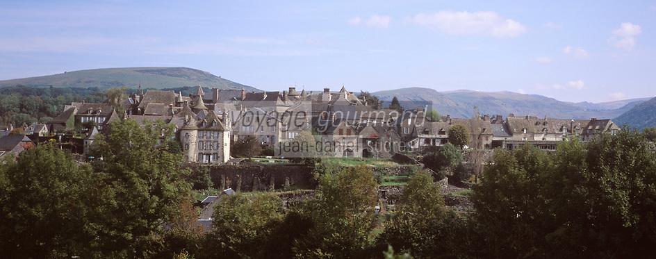 France/15/Cantal/Salers: Le village et le Massif du Puy Violent