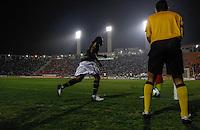 SAO PAULO, SP, 11 JULHO 2012 - CAMPEONATO BRASILEIRO - COR X BOT -  Andrezinho (C) jogador do Botafogo comemora gol contra  o Corinthians em jogo valido pela setima rodada do Campeonato Brasileiro no Estadio do Pacaembu na noite dessa quarta-feira, 11 - FOTO: WILLIAM VOLCOV - BRAZIL PHOTO PRESS.