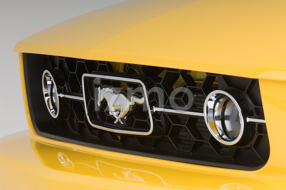 Front grille detail of a 2006 Ford Mustang Coupe