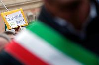 Cartelli e bandiere<br /> Banners and flags<br /> Roma 28-01-2017. Piazza San Silvestro. Manifestazione della Destra 'Il popolo a governo Italia sovrana'.<br /> Rome January 28th 2017. Demonstration of the right wing against the Government.<br /> Foto Samantha Zucchi Insidefoto