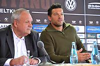 Harald Stenger (l.) und Michael Ballack bei der Pressekonferenz am 04.06.2013 zum Abschiedsspiel &quot;Ciao Capitano&quot; in der 13. Etage des MDR-Hochhauses in Leipzig. <br /> Foto: Christian Nitsche