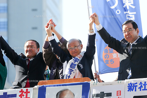 January 23, 3014, Tokyo, Japan - Kenji Utsunomiya, center, waves to a crowd of supporters during a kick-off campaign for the February 9 gubernatorial election in Tokyo's Shinjuku on Thursday, January 23. Supported by Japanese Communist Party and  Social Democratic Party, the 67-year-old former head of the Japan Federation of Bar Associations is one of the four major candidates vying for the office of a megalopolis with 130 million people and nearly 13 trillion yen annual budget. (Photo by AFLO)