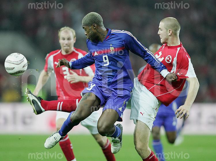 Fussball International WM Qualifikation Schweiz 1-1 Frankreich Djibril Cisse (FRA) gegen Philippe Senderos (SUI,re)