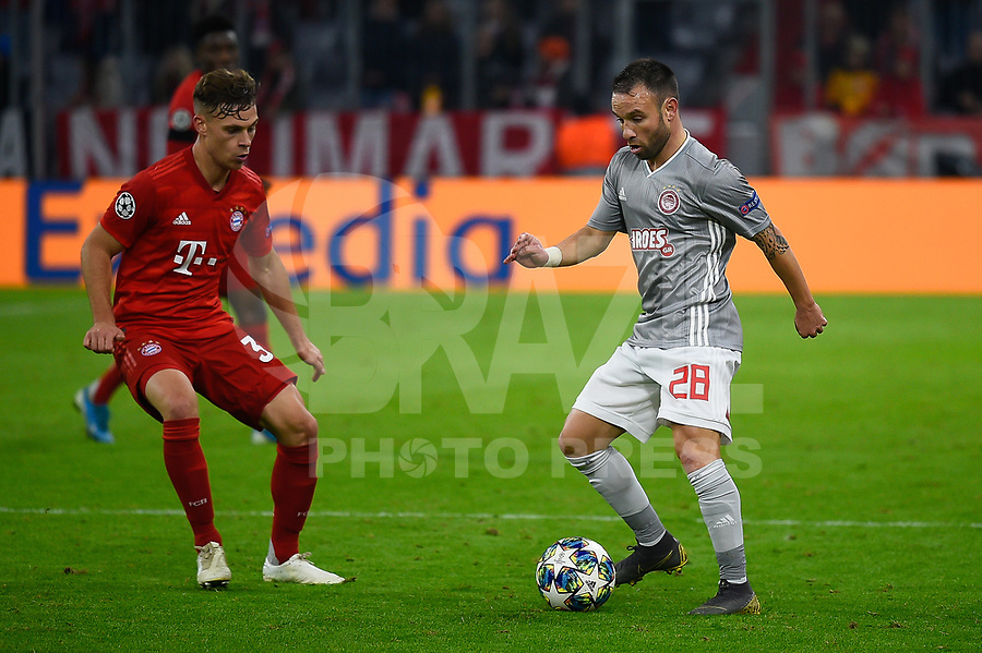 MUNIQUE, ALEMANHA, 06.11.2019- UEFA CHAMPIONS LEAGUE: Kimmich do Bayern (E) e Valbuena do Olympiacos (D) durante a partida do grupo B da UEFA Champions League entre o Bayern e Olympiacos no Allianz Arena, em Munique, Alemanha, nessa quarta 06. (Foto: Bruno de Carvalho / Brazil Photo Press)