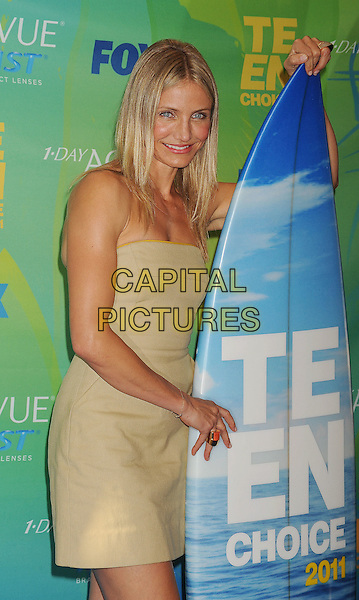 Cameron Diaz .in the Press Room at the 2011 Teen Choice Awards held at the Gibson Amphitheatre in Universal City, California, August 7th, 2011..half  length surfboard strapless gold dress .CAP/ROT/TM.©TM/Roth Stock/Capital Pictures