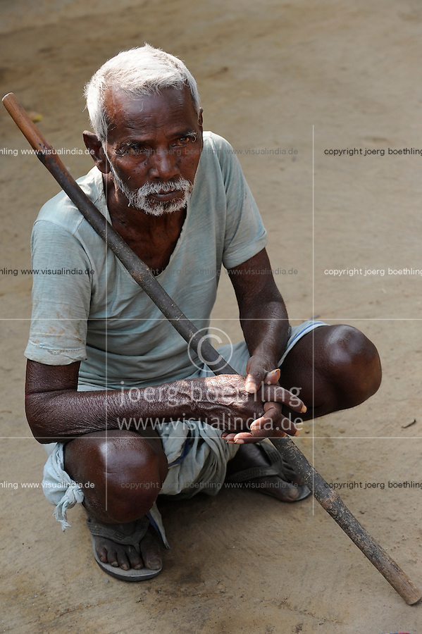 INDIA West Bengal, old Dalit man in village Kustora / INDIEN Westbengalen , Dorf Kustora , alter Dalit Mann