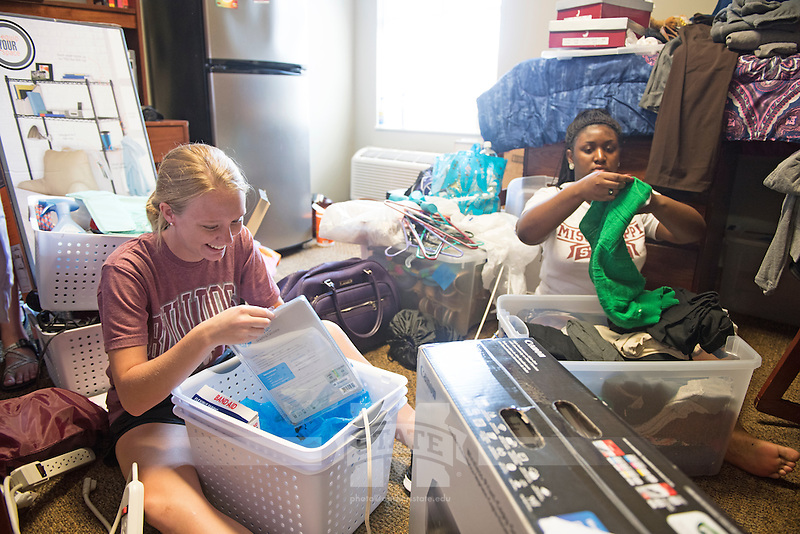 MVNU2MSU 2016. Move in action at Ruby Hall.<br />  (photo by Beth Wynn / &copy; Mississippi State University)