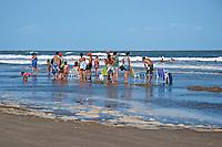 Banhistas na Praia do Cassino. Rio Grande do Sul. 2011. Foto de Luiz Achutti.