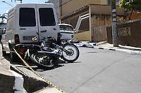 GUARULHOS, SP - 14.01.2014 - TENTATIVA DE ROUBO (SAIDINHA DE BANCO). No inicio da tarde desta terça-feira, dois individuos tentaram efetuar um roubo a dois ocupantes do Fiat/Fiorino que haviam sacado uma certa quantia em valor pouco antes em um dos bancos da região. Uma das vítimas se tratava de policial e reagiu ao roubo baleando os dois infratores. Um foi socorrido ao PS da região e outro entrou em óbito no local. Ocorrência pela Rua Ana Soares Barcellos, nº 47, na cidade de Guarulhos/SP. A ocorrência será apresentada no DP da área; (Foto: Geovani Velasquez / Brazil Photo Press)