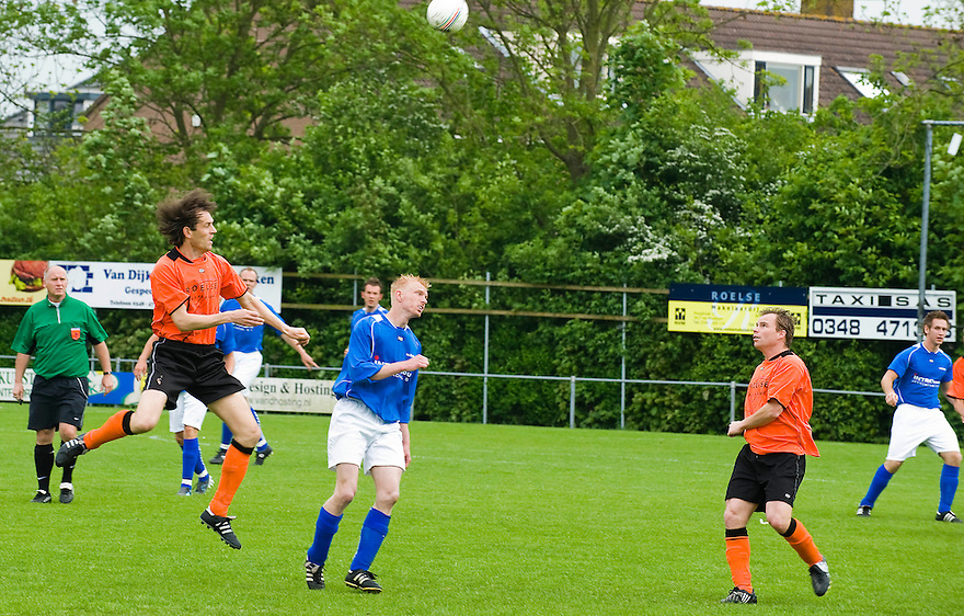 Nederland, Montfoort, 2 mei 2009.Voetbalwedstrijd Montfoort - De Merino's ( in blauw)...Foto (c) Michiel Wijnbergh.