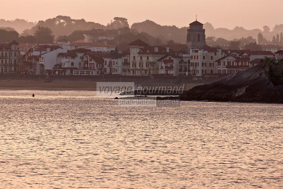 Europe/France/Aquitaine/64/Pyrénées-Atlantiques/Pays-Basque/Saint-Jean-de-Luz: Les maisons du front de mer et  l'église Saint-Jean-Baptiste