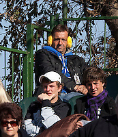 10-07-11, Tennis, South-Afrika, Potchefstroom, Daviscup South-Afrika vs Netherlands,  Star reporter Dick Springer protecting himself against the cold