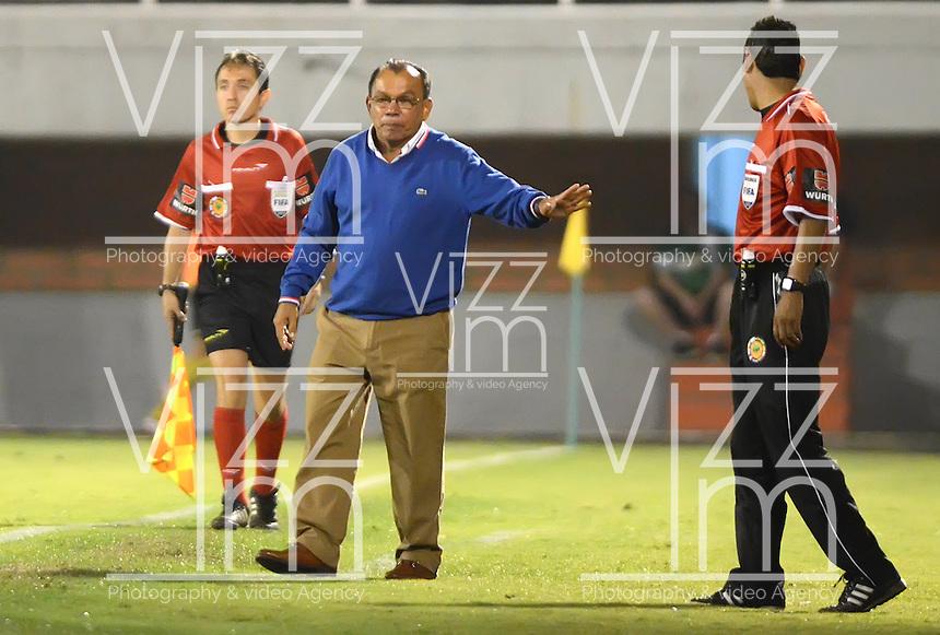 ENVIGADO - COLOMBIA-24-10-2013: Jorge Bernal (Cent.) técnico del Itagüi Ditaires de Colombia, durante partido en el estadio Polideportivo Sur de la ciudad de Envigado, octubre 24 de 2013. Itagüi Ditaires y Coritiba durante partido de vuelta por la Copa Total Suramericana 2013. (Foto: VizzorImage / Luis Rios / Str).  Jorge Bernal (C) coach of Itagüi Ditaires from Colombia during a match at the Polideportivo Sur Stadium in Envigado city, October 24, 2013. Itagüi Ditaires and Curitiba during a return match for the eighth finals round of theTotal Suramericana Cup 2013. (Photo: VizzorImage / Luis Rios / Str).