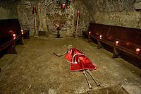 Roma 2 Novembre 2015<br /> Il cimitero dei Sacconi Rossi, Veneranda confraternita de' devoti di Ges&ugrave; Cristo al Calvario e di Maria Santissima Addolorata&quot;, di Roma, creata nel secolo XVII. Nel cimitero sotterraneo della chiesa di San Bartolomeo all&rsquo;Isola, sull&rsquo;Isola Tiberina (visitabile solo il 2 novembre) ci sono le ossa degli annegati nel Tevere, che i confratelli recuperavano.<br /> Rome, November 2, 2015<br /> The cemetery of the Sacconi Rossi, Venerable brotherhood of 'devotees of Jesus Christ at Calvary and Holy Mary of Sorrows &quot;, in Rome, founded in the seventeenth century. In the underground cemetery of the church of St. Bartholomew on the Island, on the Tiber Island (open only November 2) there are  bones of the drowned in the Tiber, which the brothers would recover.