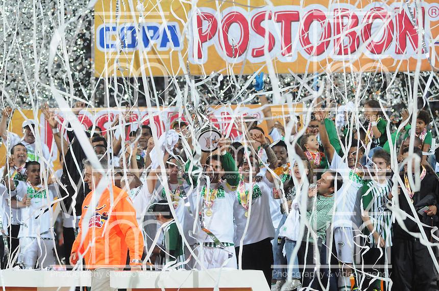 MEDELLÍN -COLOMBIA-17-11-2013. Jugadores de Atlético Nacional levantan la copa como campeones de la Copa Postobón 2013. Atlético Nacional y Millonarios disputaron el partido de vuelta de la final de la Copa Postobon 2013 realizado en el estadio Atanasio Girardot de Medellín./ Players of Atletico Nacional raise the cup as champions of Copa Postobon 2013. Atletico Nacional and Millonarios played the final match of the Copa Postobon 2013 at Atanasio Girardot stadium in Medellin. Photo: VizzorImage/Luis Ríos/STR