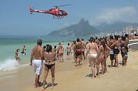 RIO DE JANEIRO, RJ, 12.01.2014 - AFOGAMENTO / BOMBEIROS / /PRAIA / IPANEMA- Bombeiros resgatam vítima de afogamento na manhã deste domingo (12), em ipanema, na zona sul da cidade do Rio de Janeiro, na desta . (Foto: Marcelo Fonseca / Brazil Photo Press).