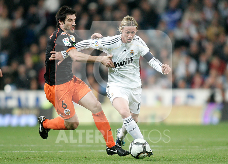 Real Madrid's Guti against Valencia's David Albelda during La Liga match, April 18, 2010. (ALTERPHOTOS/Alvaro Hernandez).