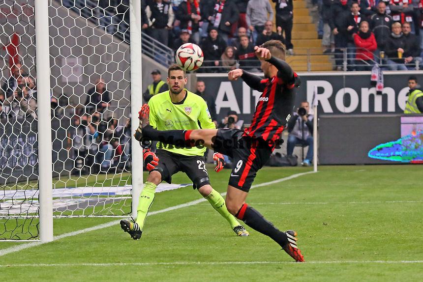 Haris Seferovic (EIntracht) gegen THorsten Kirschbaum (VfB) - Eintracht Frankfurt vs. VfB Stuttgart, Commerzbank Arena
