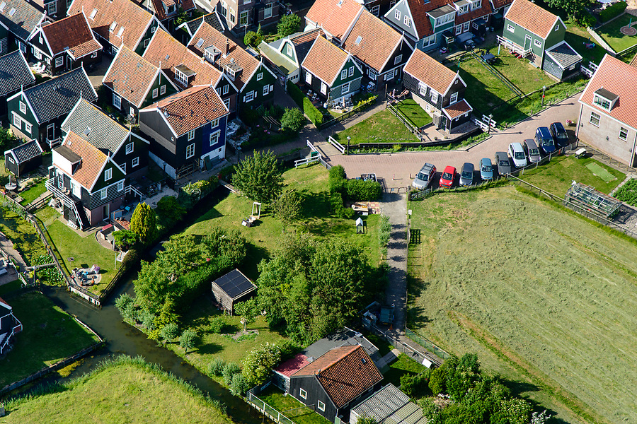 Nederland, Noord-Holland, Gemeente Waterland, 13-06-2017; het voormalig eiland Marken, nu met een dam verbonden met Waterland. Het omliggende water is het Markermeer (IJsselmeer, Zuiderzee). Havenbuurt.<br /> The former island of Marken, now connected with a causeway (dam) to the mainland. <br /> luchtfoto (toeslag op standaard tarieven);<br /> aerial photo (additional fee required);<br /> copyright foto/photo Siebe Swart