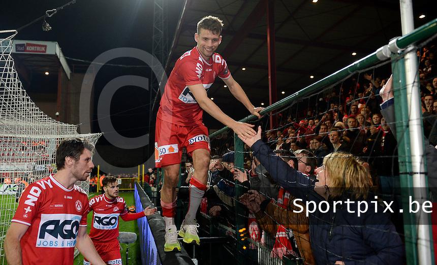 KV Kortrijk - RSC Anderlecht : Kortrijk spelers vieren de overwinning met de supporters met Lukas Van Eenoo <br /> Foto VDB / Bart Vandenbroucke