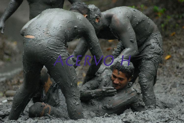 vMilhares de moradores entram no mangue e come&ccedil;am a se sujar de lama antes de tomar as ruas da cidade em um carnaval ecol&oacute;gico. A id&eacute;ia que iniciou h&aacute; 20 anos atr&aacute;s quando alguns moradores perceberam que as esp&eacute;cimes do manguezal estavam desaparecendo.<br /> 22/02/2009.<br /> Curu&ccedil;&aacute;, Par&aacute;, Brasil.<br /> Foto Paulo Santos