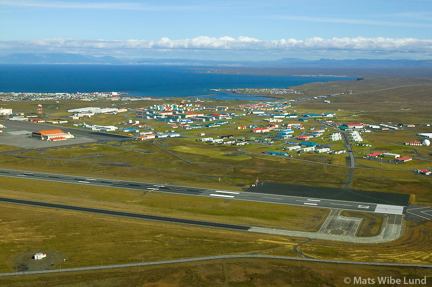 Keflavíkurflugvöllur, varnarliðssvæðið séð til norðurs, Keflavík / Keflavik international airport, NATO base settlement in foreground, viewing north to Reykjavik, capital of Icelandl
