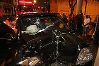 SAO PAULO, SP, 20/06/2012, ACIDENTE RUA DA MOOCA.<br /> <br />  Uma pessoa ficou presa as ferragens ap&oacute;s o veiculo em que dirigia bater contra um poste.<br />  O acidente aconteceu na noite de ontem na Rua da Mooca altura do n&ordm;500.<br /> <br />  Luiz Guarnieri/ Brazil Photo Press