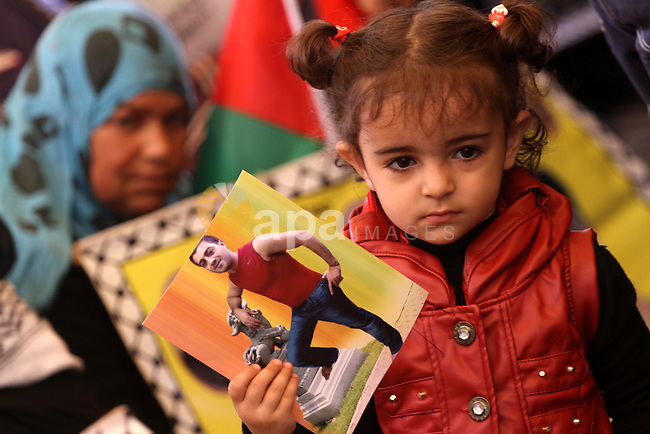 Palestinians take part in a protest calling for the release of Palestinian prisoners from Israeli jails in front of the Red Cross in Gaza City, on Oct. 21, 2013. Photo by Mohammed Asad