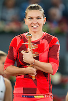 Simona Halep with championship award during WTA Finals Mutua Madrid Open Tennis 2016 in Madrid, May 07, 2016. (ALTERPHOTOS/BorjaB.Hojas) /NortePhoto.com