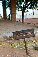 MALI, Kayes, Fort de Médine of former french colonial power, slave market / altes Fort der französischen Kolonialmacht und Sklavenhandelsplatz am Fluß Senegal, alter Sklavenmarkt