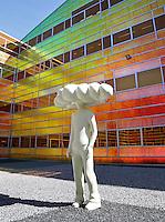 ALMERE- La Defense. Het gebouw waar het UWV en Belastingkantoor gevestigd zijn. Kunst in de binnentuin van Ram Katzir
