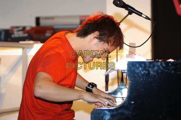 JAMIE CULLUM.Performs a live set and signs copies of his new album at HMV Oxford Circus, London, 9th November 2004..half length singing playing piano music.Ref: HT.www.capitalpictures.com.sales@capitalpictures.com.©Capital Pictures.