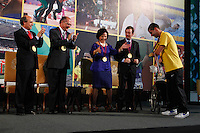 ATENÇAO EDITOR: FOTO EMBARGADA PARA VEÍCULOS INTERNACIONAIS. SAO PAULO, 11 DE SETEMBRO DE 2012.  GOVERNADOR ALCKMIN RECEBE ATLETAS PARAOLIMPICOS. O atleta Daniel de Faria Dias durante a  entrega para  os atletas paraolimpicos da medalha do Mérito Esportivo na manha desta terça feira no Palacio dos Bandeirantes, na zona sul da capital paulista. FOTO ADRIANA SPACA - BRAZIL PHOTO PRESS
