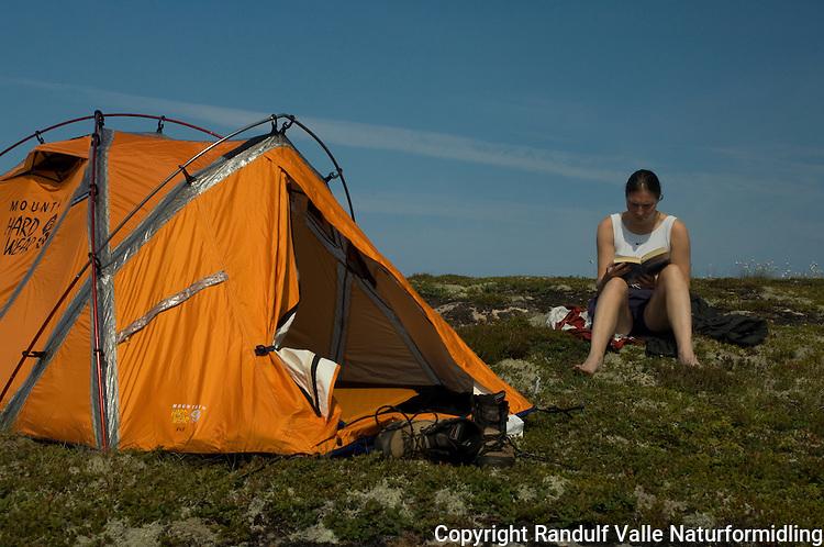 Jente sitter utenfor telt en varm sommerdag ---- Girl sitting outside tent a hot summer day