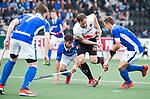 AMSTELVEEN - Mirco Pruyser (A'dam)  tussen Robbert Kemperman (Kampong) en Sander de Wijn (Kampong)  tijdens  de  eerste finalewedstrijd van de play-offs om de landtitel in het Wagener Stadion, tussen Amsterdam en Kampong (1-1). Kampong wint de shoot outs.  . COPYRIGHT KOEN SUYK