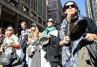 PORTO ALEGRE, RS, 04.06.2014 - MANIFESTO SINDICATO DOS MUNICIPÁRIOS DE PORTO ALEGRE - Manifestantes do SIMPA (Sindicato dos Municipários de Porto Alegre) protestam e caminham em direção a prefeitura municipal para reivindicar reajustes e criticar a atual gestão do prefeito José Fortunati e da Secretária de Educação Cleci Jurach, nesta quarta-feira, 04. (Foto: Pedro H. Tesch / Brazil Photo Press).