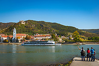 Oesterreich, Niederoesterreich, Kulturlandschaft Wachau - UNESCO Weltkultur- und Naturerbe, Duernstein: Blick vom gegenueber liegenden Wachauer Lido in Rossatzbach auf den Weinort Duernstein mit dem blau-weissen Turm der Stiftskirche und der Burgruine Duernstein, wo Koenig Richard I. Loewenherz der Legende nach gefangen gehalten worden sein soll | Austria, Lower Austria, Wachau Cultural Landscape - UNESCO World's Cultural and Natural Heritage, Duernstein: view from Wachau Lido at Rossatzbach across Danube towards wine town Duernstein with the blue-white tower of the Collegiate Church and Castle Ruin Duernstein, the legend says that King Richard I Lionheart has been kept imprisoned 1192 untill 1194