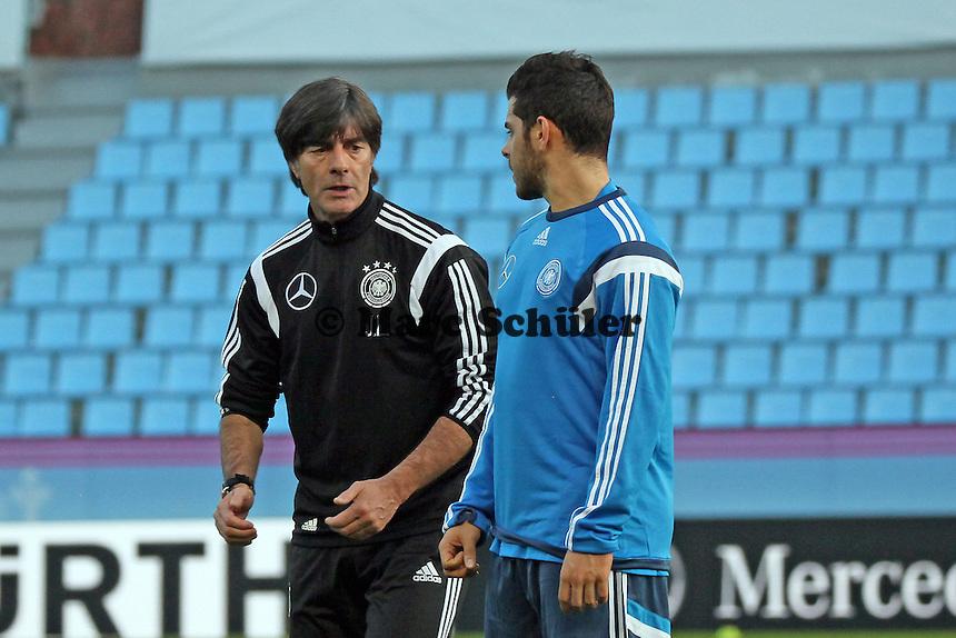 Bundestrainer Joachim Loew mit Kevin Volland (D) - Abschlusstraining Deutschland in Vigo