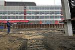 ROTTERDAM - Aan de zuidzijde van de Wilhelminapier in Rotterdam is Besix begonnen met het slaan van de eerste funderingen voor de hoogste woontoren van ons land: de New Orleans toren. Het door de Portugese architect Alvaro Siza ontworpen complex wordt 158 meter hoog en zal bij oplevering in 2010 het één na hoogste gebouw van Nederland zijn (het hoogste gebouw is het in aanbouw zijnde 165 meter hoge kantoorgebouw de Maastoren). De in opdracht van Vesteda gebouwde woontoren zal naast 166 luxe appartementen, op de begane grond ook ruimte bieden aan Theater Lantaren/Venster. Het theater gaat dan ruimte bieden aan ondermeer vijf bioscoopzalen, een theaterzaal en een expositieruimte. De woontoren krijgt 42 verdiepingen, en is een van de vijf woontorens die op Wilhelminapier zullen verrijzen. ANP PHOTO COPYRIGHT TON BORSBOOM