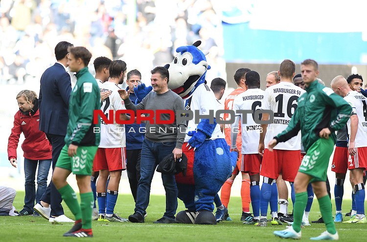 05.10.2019,  GER; 2. FBL, Hamburger SV vs SpVgg Greuther Fuerth ,DFL REGULATIONS PROHIBIT ANY USE OF PHOTOGRAPHS AS IMAGE SEQUENCES AND/OR QUASI-VIDEO, im Bild die Mannschaft des HSV jubelt mit Trainer Dieter Hecking (Hamburg) ueber den Sieg Foto © nordphoto / Witke *** Local Caption ***