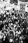 Le 18 mars, près de 10.000 personnes (4.300 selon la police) ont défilé à Paris contre la loi Darcos. Certaines manifestations rassembleront plus de 30.000 personnes à la fin avril, avant que le mouvement ne s'essouffle en mai après les vacances, à l'approche des examens.