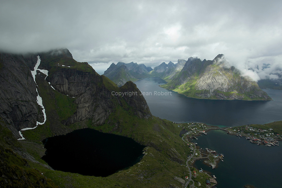 Baie et fjord de Reine vu depuis le sommet de Reinebringen (440 m) et Helvete<br /> Fjords and village of Reine from the summit of Reinebringen (440 m)